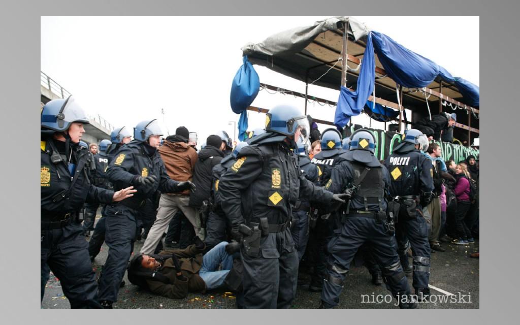 gopal-under-riot-cops_16_12_09-14.jpeg